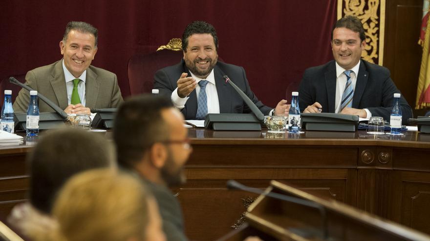 Javier Moliner, entre sus dos vicepresidentes, en el último pleno de la diputación