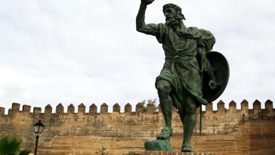 Monumento a Ibn Marwan junto a la Alcazaba de Badajoz