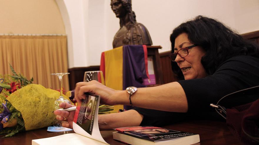 """""""La felicidad es una forma de resistir"""", dice Almudena Grandes. / JUANMI BAQUERO"""