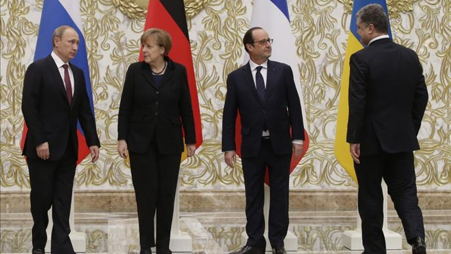 """Merkel acuerda con Putin y Poroshenko """"pasos concretos"""" en la crisis ucraniana"""