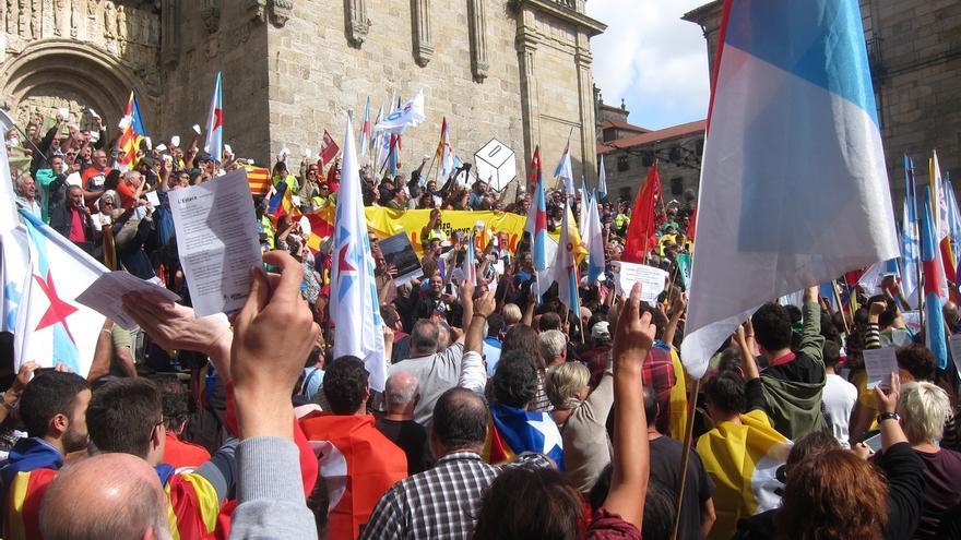 """Más de 3.000 personas se manifiestan en Santiago en apoyo al referéndum catalán al grito de """"votarán"""""""
