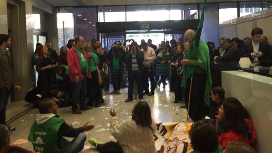 Grupo de activistas en el interior del edificio donde tiene oficinas Goldman Sachs. / PAH