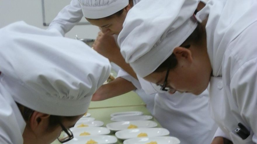 Las tapas fueron elaboradas por los alumnos de 1º del Ciclo de Cocina y Restauración del IES Virgen de las Nieves a base de quesos madurados (semicurados y curados de Quesos Minervino).