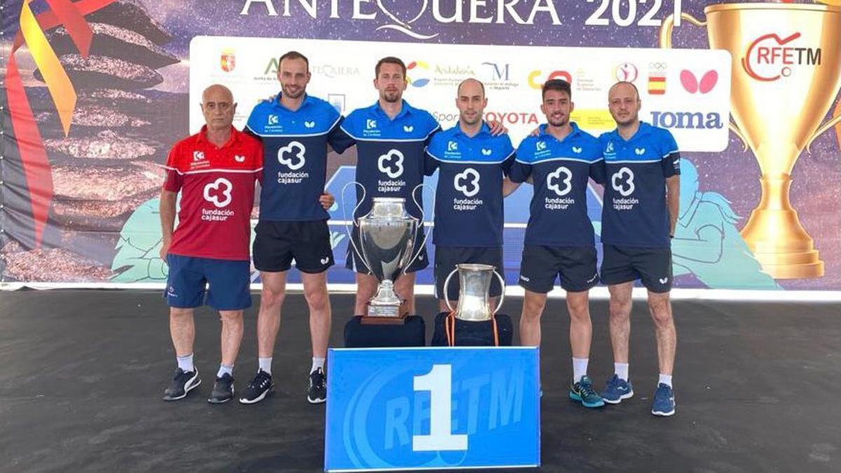 Equipo del Priego TM con los títulos de Liga y Copa