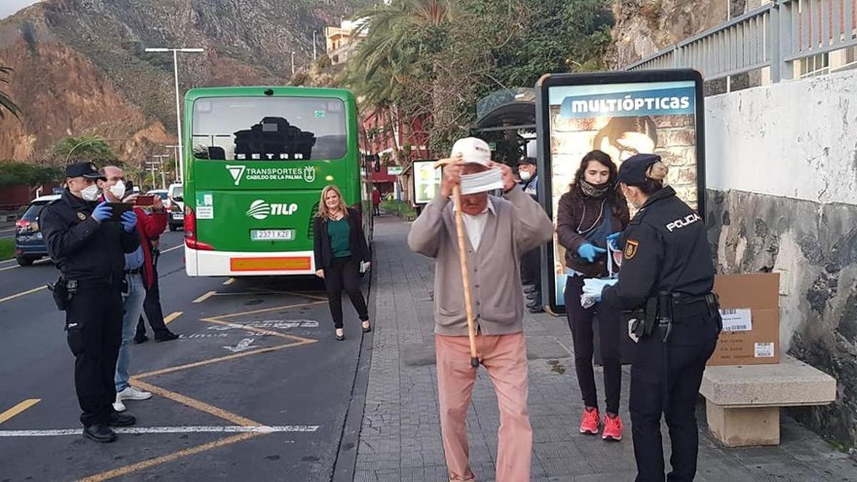 Imagen de archivo del reparto de mascarillas realizado en abril de 2020 en la parada de guaguas de la Avenida de Los Indianos de Santa Cruz de La Palma.