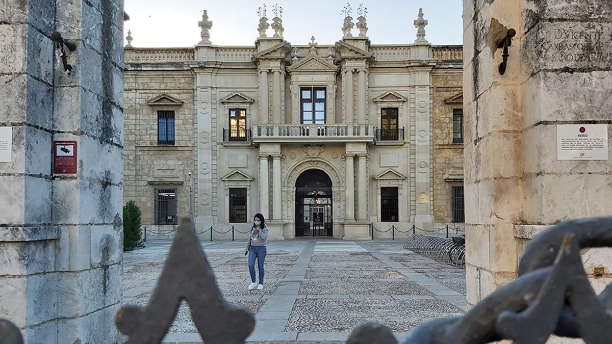 Una de las puertas de acceso al edificio central de la Universidad de Sevilla.