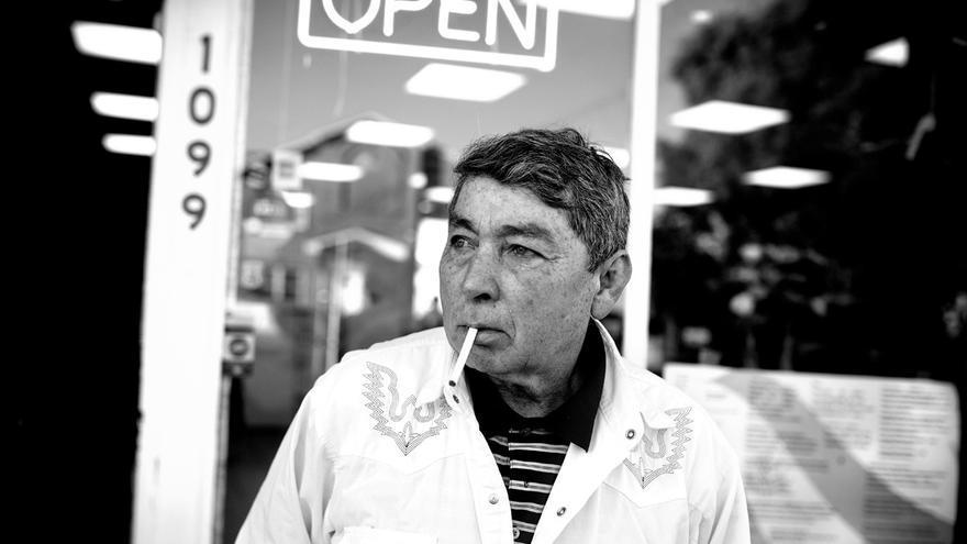 """Don Mario pertenece a otra generación de migrantes. O refugiados. Nació en Chalatenango, El Salvador, pero vive en Long Island desde hace 15 años. Dice que huyó por problemas con pandilleros y mafiosos: """"Si me quedaba me mataban"""". Ahora vive de lo que puede, muchas veces de trabajar arreglando techos. Con el tema de las pandillas en Long Island, cree que es mejor tener cuidado y """"no hablar"""". Pero a estas alturas, a él no lo asustan: """"yo vengo de la guerra, he visto penes rodando en la calle y mujeres descuartizadas""""."""