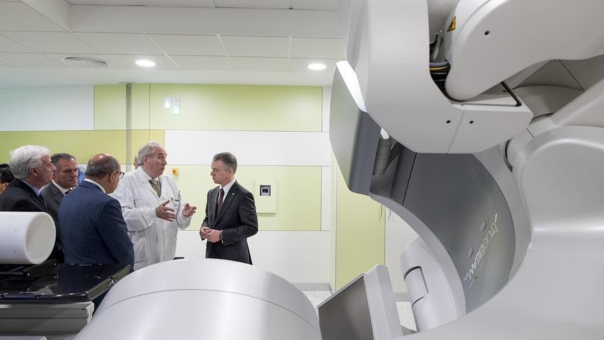 El Hospital de Basurto instala un nuevo acelerador lineal que reducirá el tiempo de tratamiento del paciente oncológico