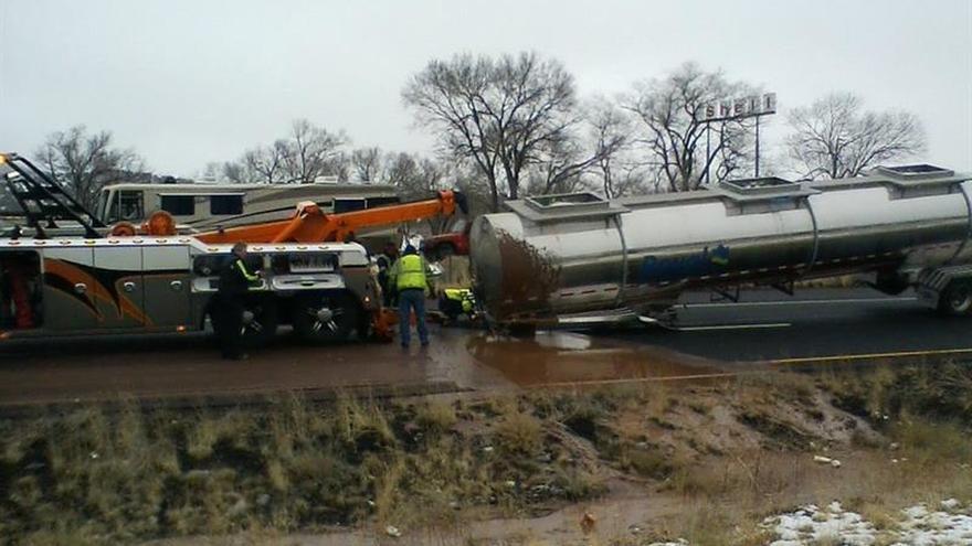 """Un camión cisterna se vuelca y deja un """"río de chocolate"""" en EE.UU."""
