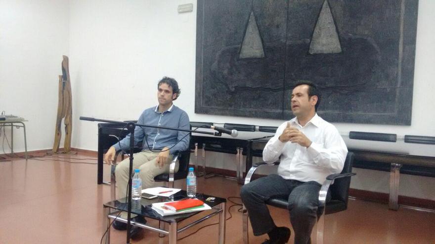 Debate, en Toledo, entre Jacobo Medianero (izq.)y Juan Ramón Crespo (dcha.)