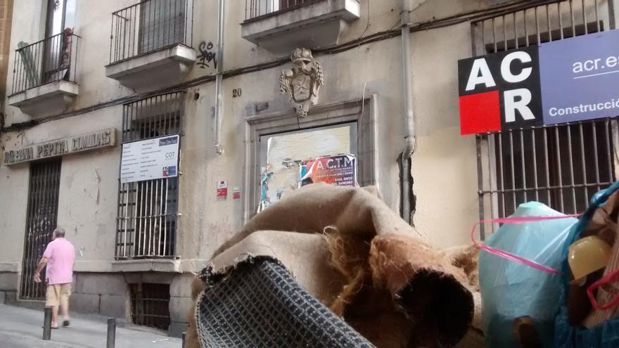 Contenedor de escombros frente al edificio Corredera 20 | SOMOS MALASAÑA