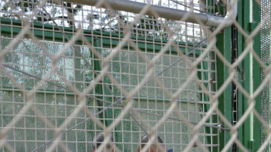Agentes manipulando las puertas dentro del vallado / J. Blasco de Avellaneda