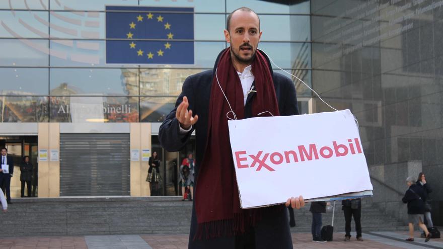 Un activista de la organización Food&Water Europe, protesta contra Exxon delante del Parlamento Europeo.