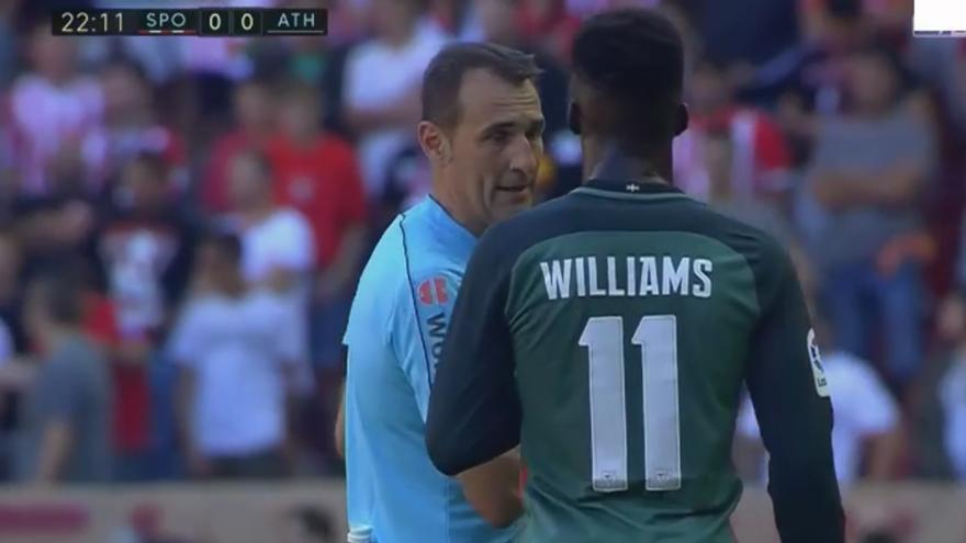 Captura del momento en el que Clos Gómez informa a Iñaki Williams de la paralización del partido.