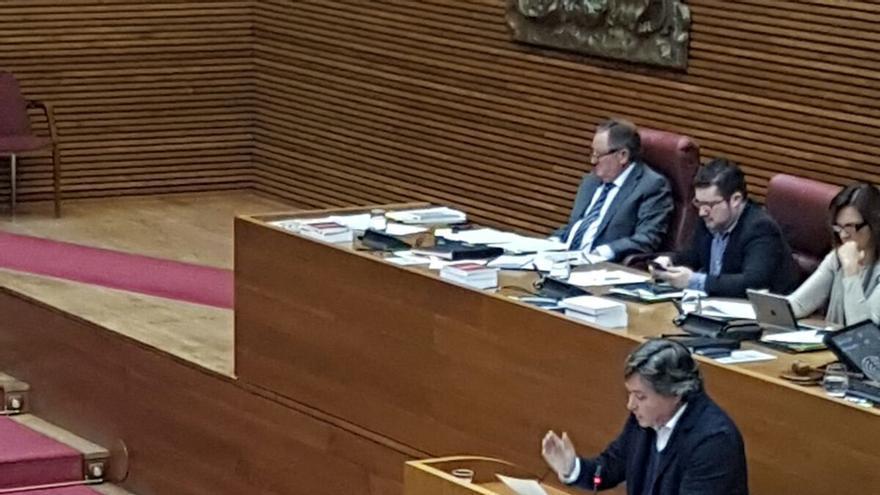 El diputado del PP, Luis Santamaria, exhibe un desplegable en les Corts