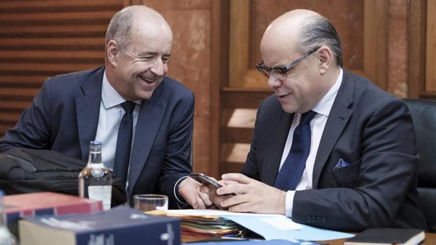 Los consejeros de Economía y de Presidencia, Pedro Ortega (i) y José Miguel Barragán (d), respectivamente, momentos antes de dar omienzo la reunión del Consejo de Gobierno, celebrada en Las Palmas de Gran Canaria.