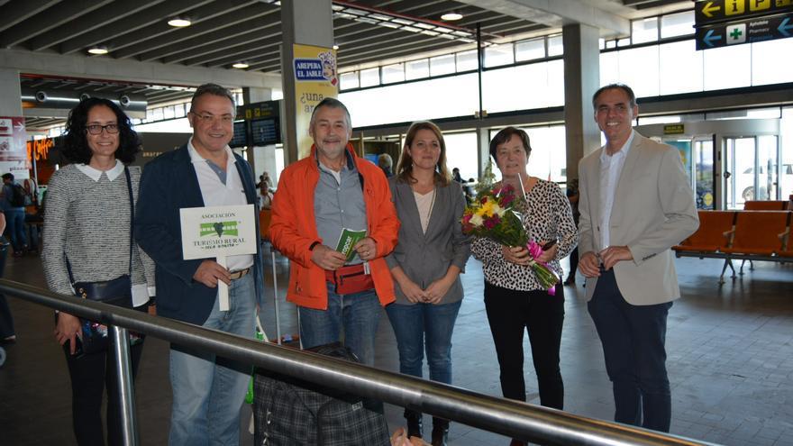 Recibimiento de la pareja de turistas belgas.