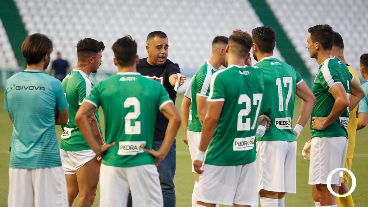 Germán Crespo da instrucciones a sus jugadores