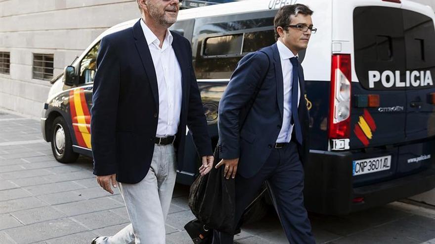 Miguel Zerolo a la llegada al juzgado junto a su abogado, Jorge Muñoz Cortés