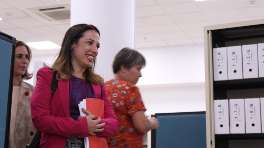 Marta Arocha y Patricia Hernández a su lado, esta en el centro de la imagen, en la Junta Electoral de Zona en la tarde de este lunes