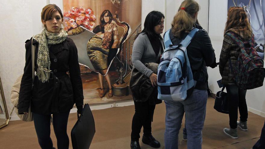 Varias mujeres visitando un museo