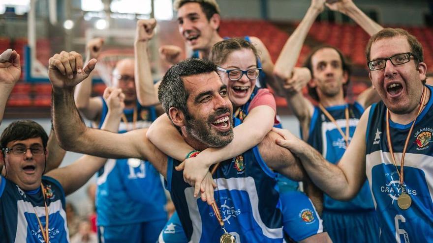 Fotograma de 'Campeones' celebrando en el final de un partido