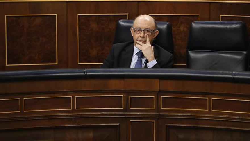 El PSOE pide la comparecencia de Montoro y Podemos reclama su dimisión