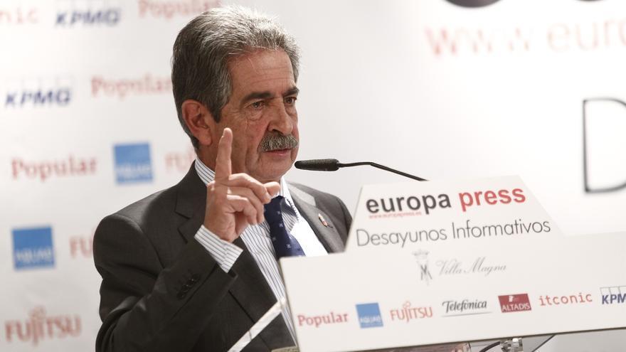 Revilla se compromete a aumentar en 400.000 el tráfico de viajeros del aeropuerto de Cantabria, hasta los 1.250