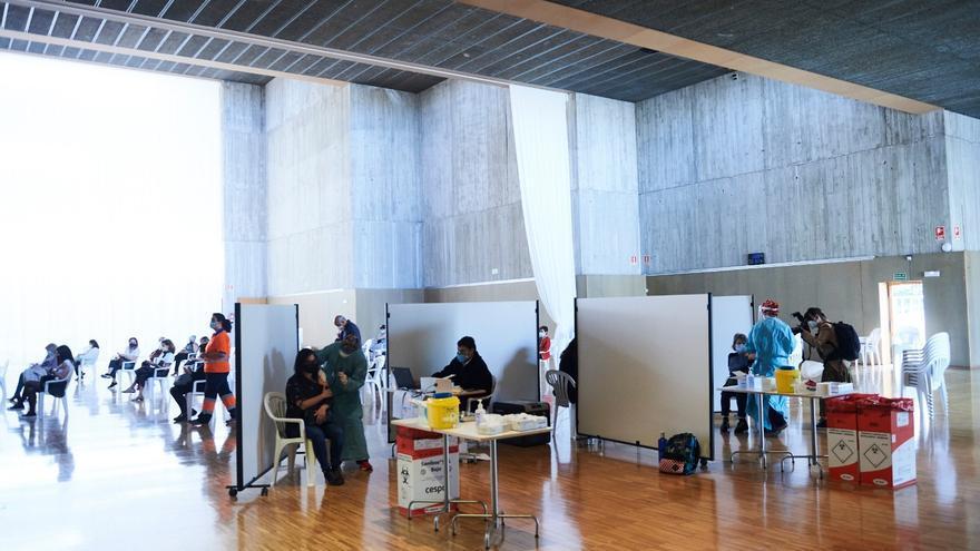 Vacunación masiva contra la COVID en el Palacio de Exposiciones de Santander.