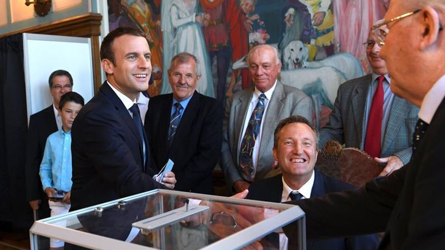 Macron vota en Le Touquet antes de presidir una ceremonia militar