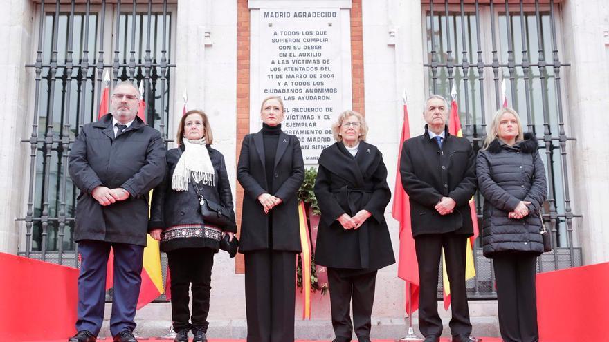 Manuela Carmena y Cristina Cifuentes en la Puerta del Sol, durante un acto homenaje a las víctimas del 11M. Imagen: Comunidad de Madrid