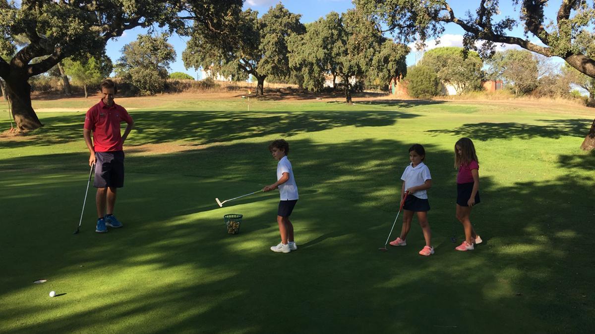 Marcos Pastor dando clases de golf a los más pequeños.