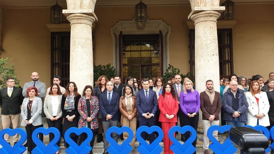 El presidente de la Junta, Juan Manuel Moreno, y la presidenta del Parlamento, Marta Bosquet, encabezan el minuto de silencio contra la violencia de género en la Cámara autonómica.