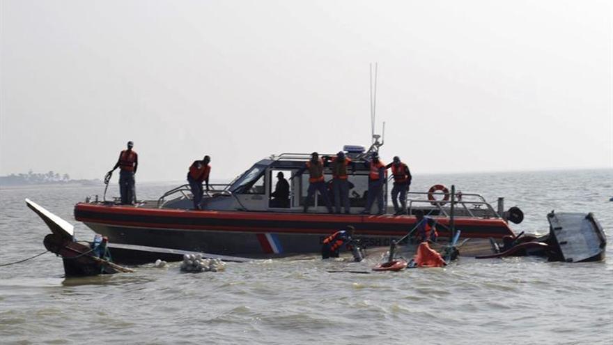 Ascienden a 27 los muertos por el naufragio de un bote en Bangladesh