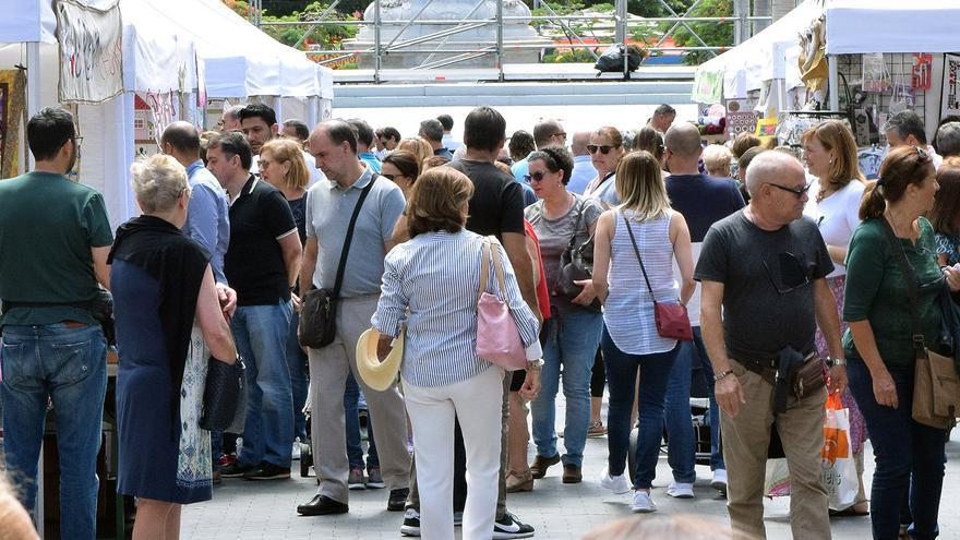 Gente junto a un mercadillo en un 'Ven a Santa Cruz', en la plaza de la Candelaria