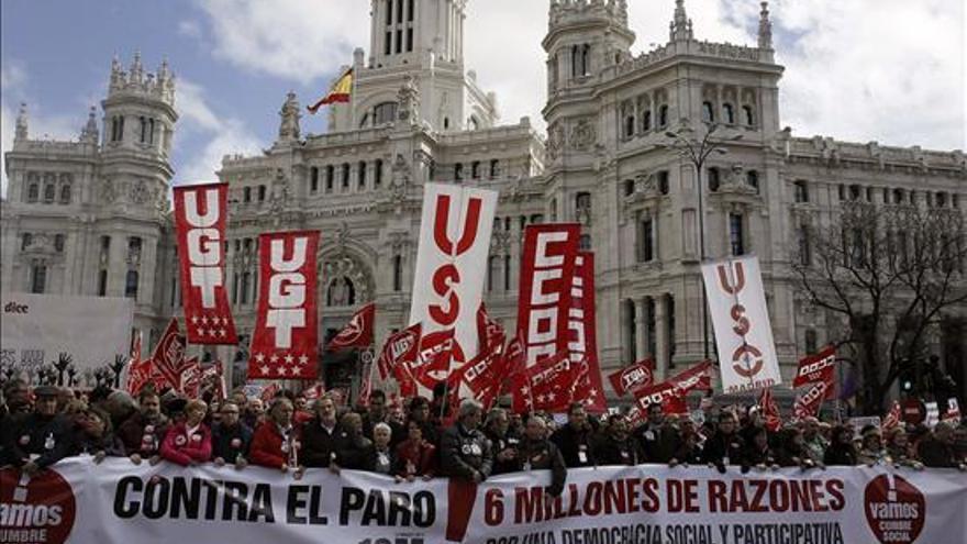 Pancarta de la manifestación convocada por la Cumbre Social / Foto: EFE