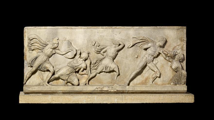 Bloque de un friso con una batalla entre griegos y amazones
