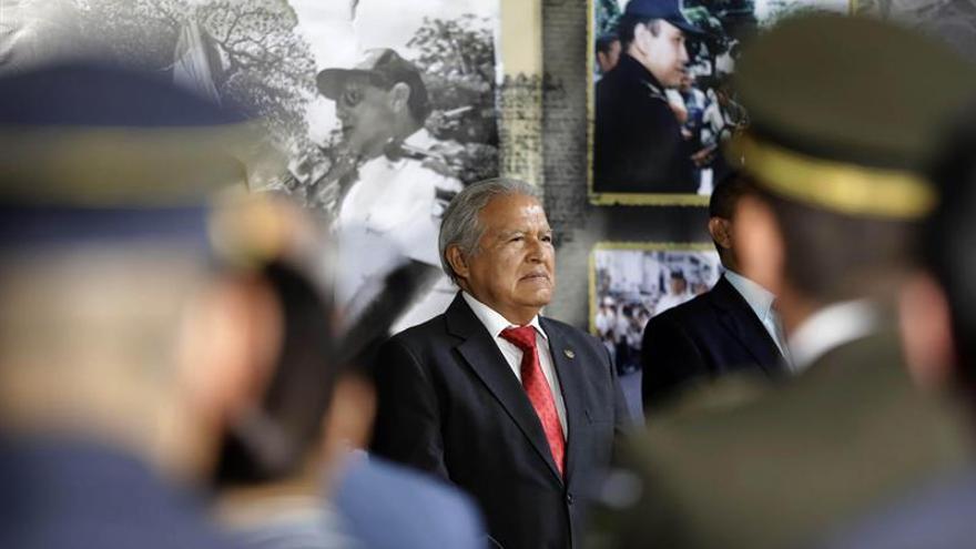El presidente salvadoreño entrega a la Policía una aeronave para labores de seguridad