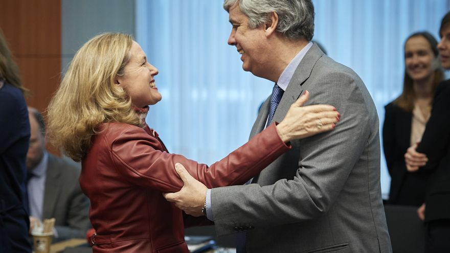 La vicepresidenta Económica, Nadia Calviño, con el presidente del Eurogrupo saliente, Mário Centeno.