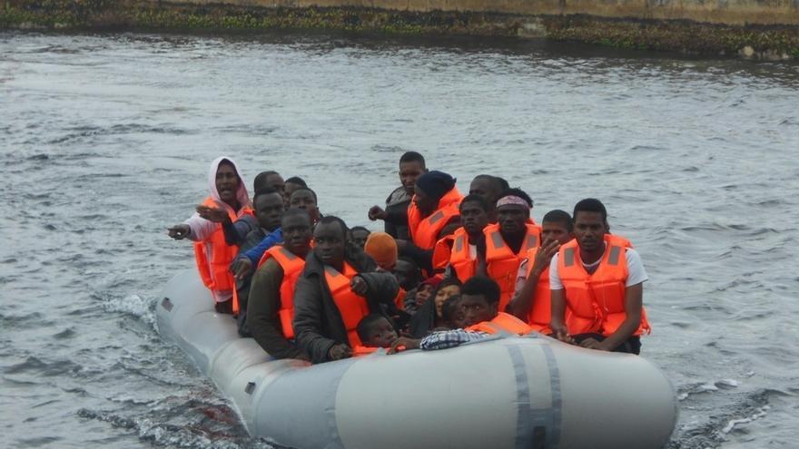 Llegan a la capital los 26 ocupantes, dos de ellos menores, de la patera que arribó a Alborán