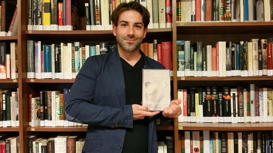 Jonathan Hernández muestra su primera novela. Foto: LUZ RODRÍGUEZ.