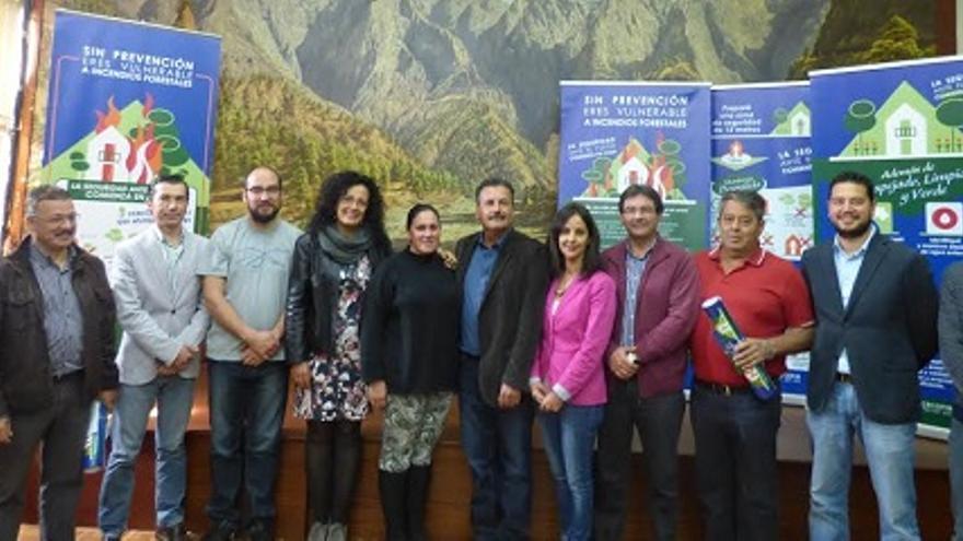 En la imagen, Nieves Rosa Arroyo con los representantes de los 14 ayuntamientos.