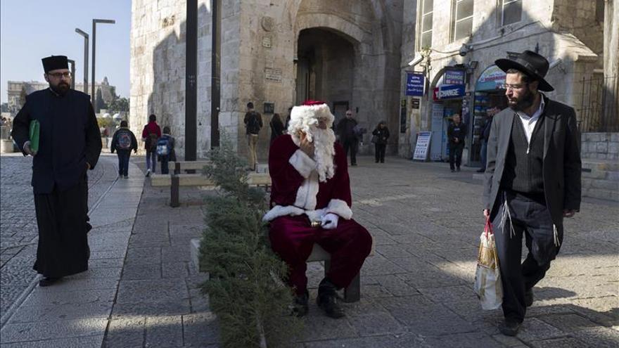Jerusalén retoma el espíritu navideño con reparto de árboles a cristianos