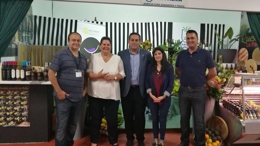 El consejero de Agricultura, Ganadería y Pesca del Cabildo de La Palma, José Basilio Pérez, junto a personal de su departamento, en el stand de La Palma en FEAGA.