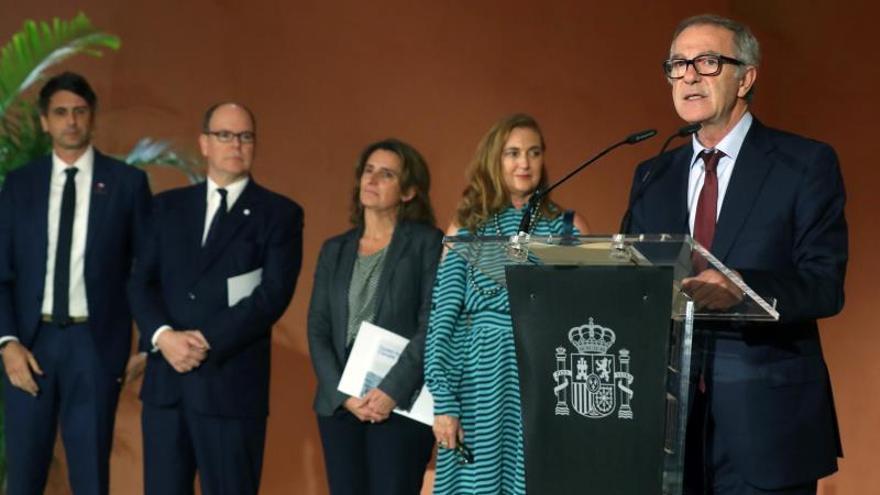 """El ministro de Cultura de España, José Guirao (d) interviene en la presentación del informe """"Ocean for Climate"""" este martes en Madrid."""