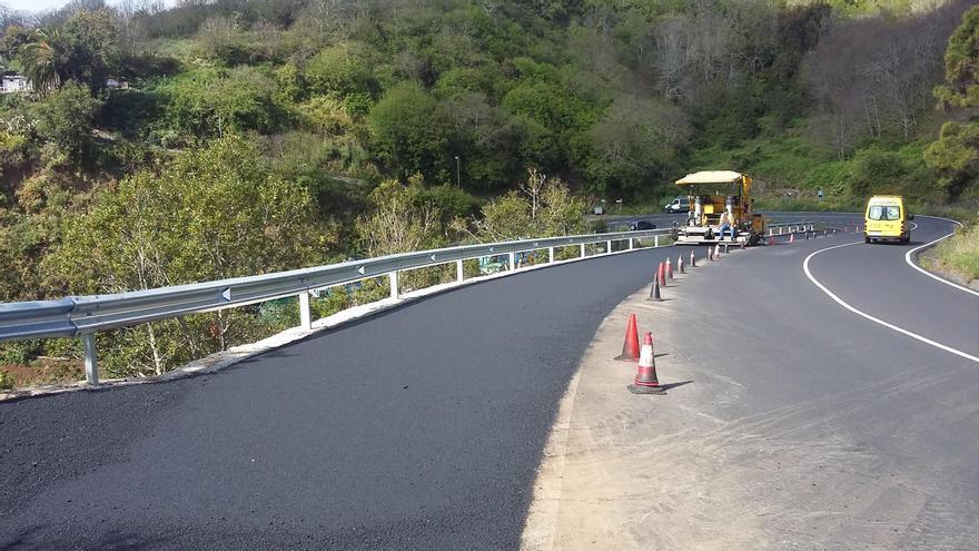Tramo asfaltado del carril de vehículos lentos en la zona de Botazo (Breña Alta).