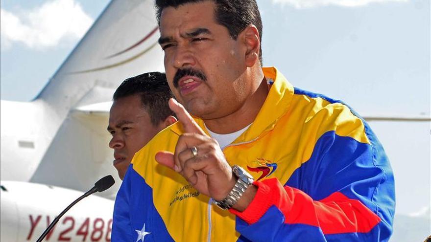 Maduro ordena distribuir entre militares libro con ideología de Hugo Chávez