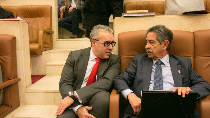 Pedro Hernando junto al presidente de Cantabria, Miguel Ángel Revilla. | J.G. SASTRE