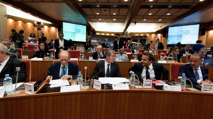 El presidente del Gobierno de Canarias, Fernando Clavijo(c), asiste a la sesión partenarial de la XXII Conferencia de la regiones ultraperiféricas de Europa. EFE/Arturo Rodriguez