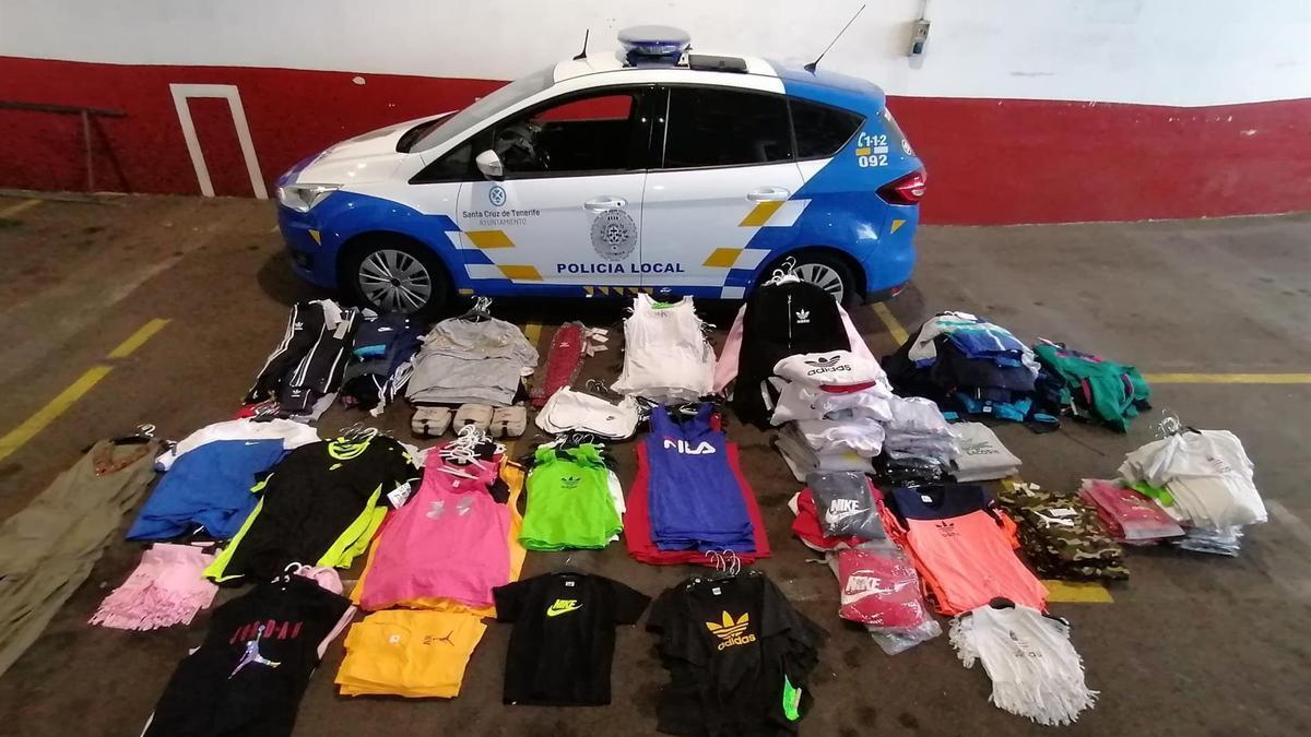Prendas falsificadas intervenidas por la Policía Local en el rastro de Santa Cruz de Tenerife